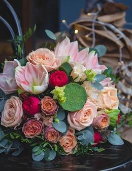 Un bouquet mélangé dans le fond des lumières de noël