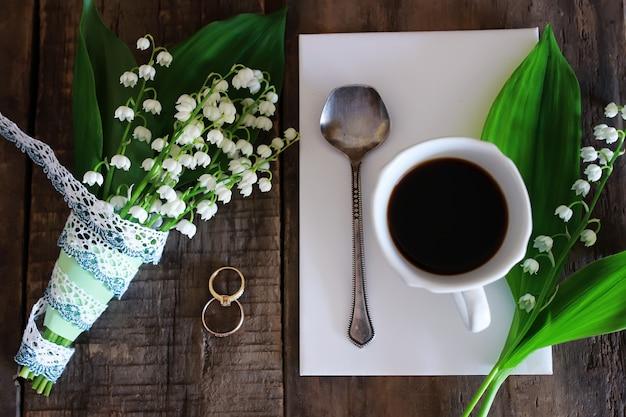 Bouquet de muguet et café du matin