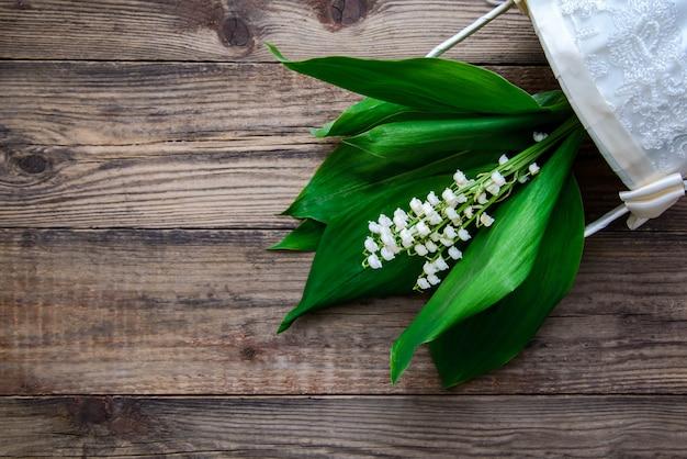 Bouquet de muguets dans un panier blanc