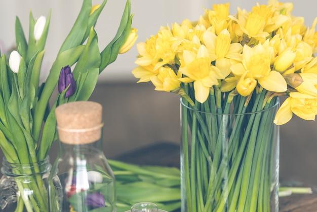 Bouquet de narcisses jaunes dans un vase en verre