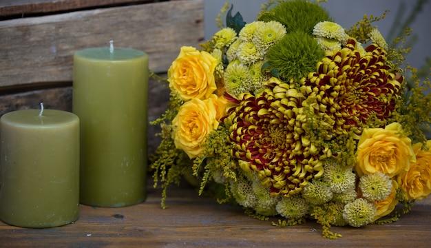 Bouquet de noël avec des bougies vertes