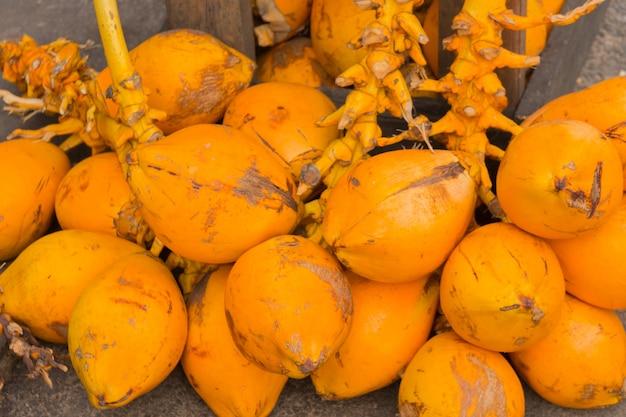 Un bouquet de noix de coco royale jaune vif.