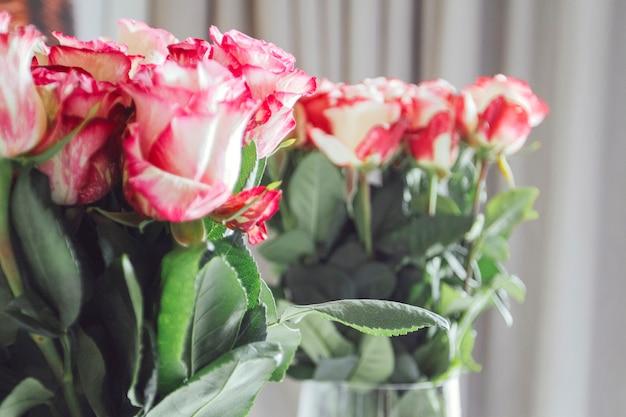 Bouquet de nombreuses roses