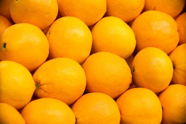 Bouquet d'oranges dans des boîtes de supermarché.