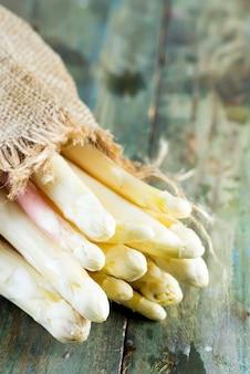 Bouquet organique naturel fraîchement cueilli de légumes asperges blanches sur un fond en bois.