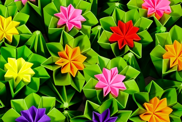 Bouquet d'origami de diverses fleurs close up background