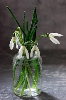 Bouquet de perce-neige dans un vase en verre, concept de printemps.