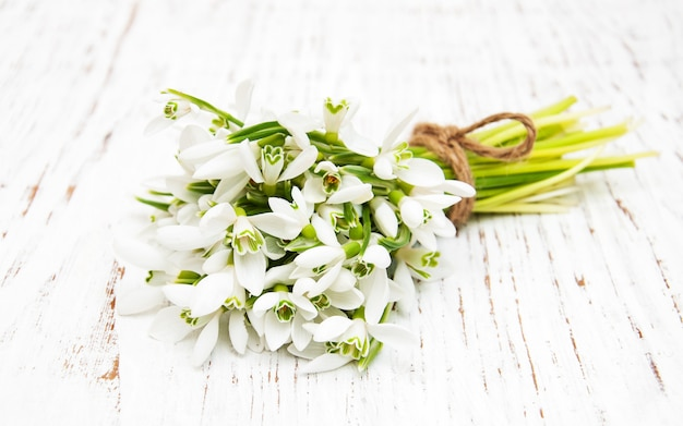 Bouquet de perce-neige sur fond en bois