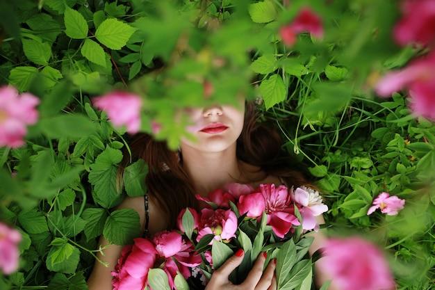 Bouquet de pivoine. belle jeune femme se trouve parmi les pivoines. vacances et événements. la saint valentin. fleur de printemps.