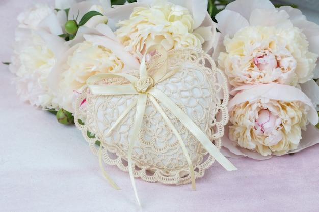 Bouquet de pivoines blanches et un coeur de dentelle