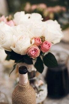 Bouquet de pivoines blanches et roses roses se dresse sur la table du dîner