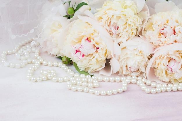 Bouquet de pivoines blanches, voile et perles de nacre