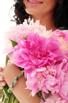 Bouquet de pivoines dans les mains de la femme
