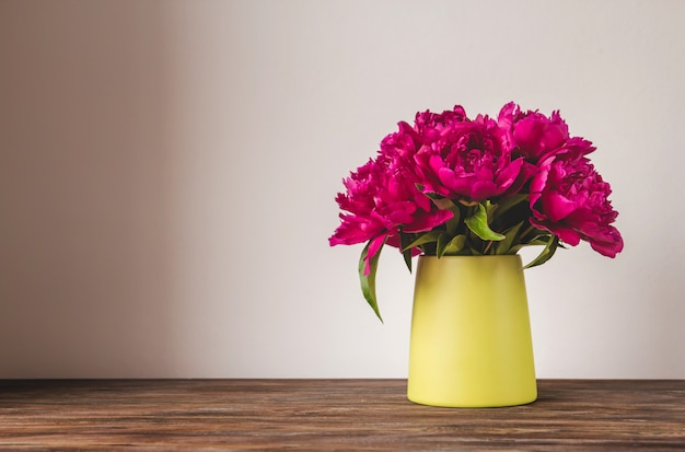 Bouquet de pivoines rose vif dans un vase