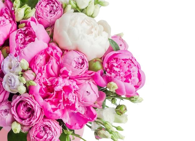 Bouquet de pivoines roses et blanches, eustoma, spray dans une boîte rose isolée sur un motif blanc