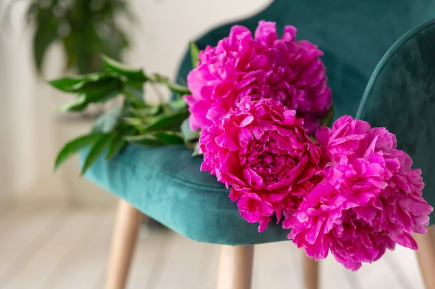 Bouquet de pivoines se trouve sur un fauteuil carte de voeux anniversaire fête des mères journée de la femme