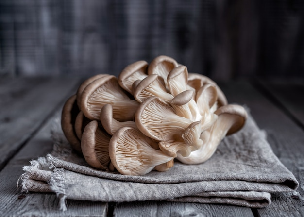 Bouquet de pleurotes sur une serviette. style rustique.