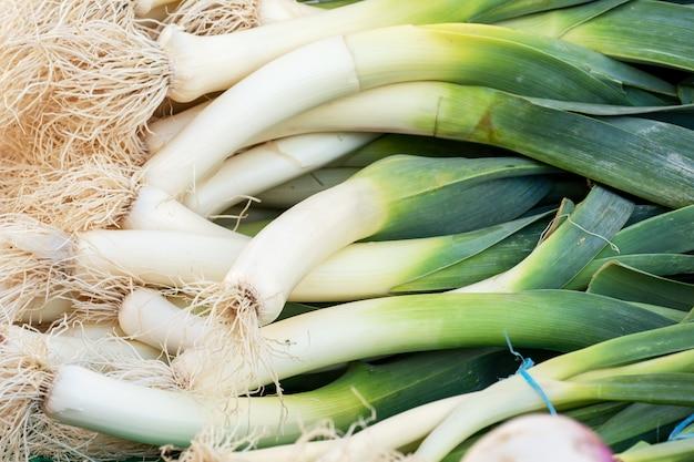 Bouquet de poireaux bio frais sur le marché