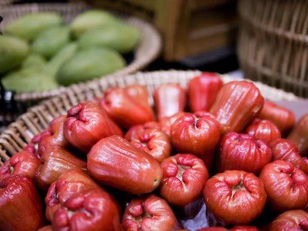 Un bouquet de pommes roses sur le busket.