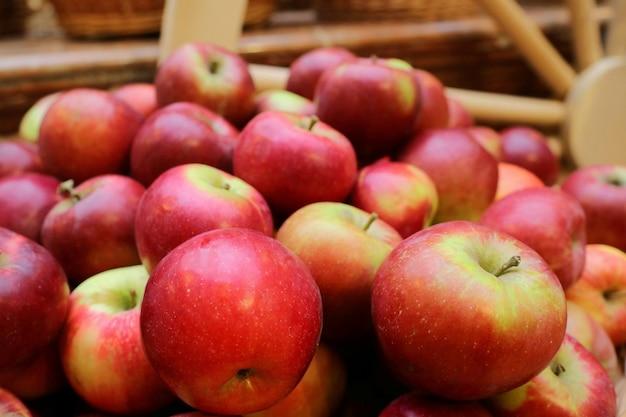 Bouquet de pommes rouges au marché