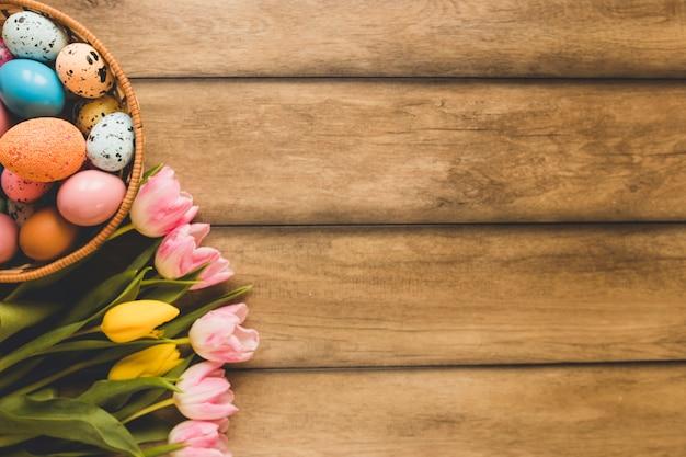 Bouquet près du bol avec des oeufs