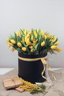 Bouquet printanier lumineux de tulipes et de fleurs de mimosa