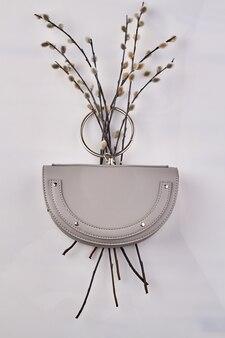 Bouquet printanier de minou et porte-monnaie lilas. petit sac à main à la mode sur fond blanc.