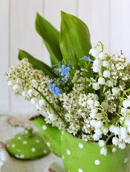 Bouquet de printemps vert dans une théière