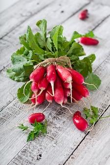 Bouquet de radis frais sur fond de bois ancien