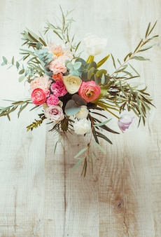 Bouquet rose printanier avec tulipes et eucalyptus dans un vase