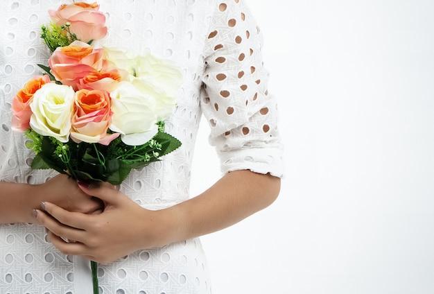 Bouquet de rose se tenait par des mains de dame