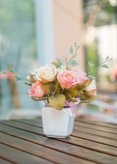 Bouquet rose sur table