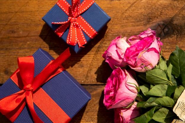 Bouquet de roses et cadeaux