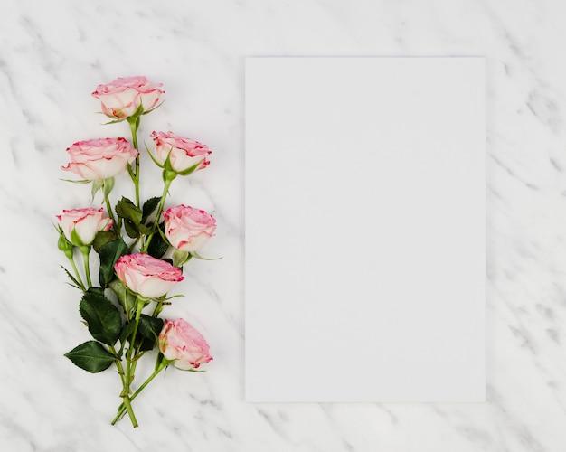 Bouquet de roses avec carte vierge