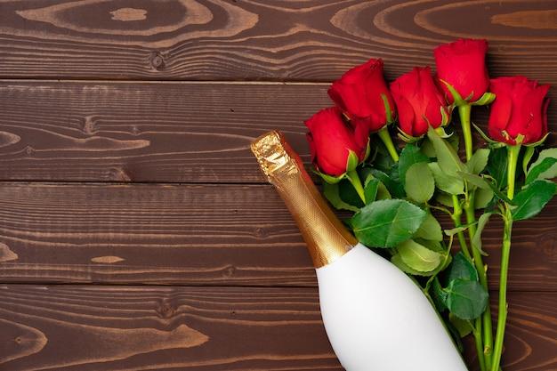 Bouquet de roses et de champagne vue de dessus à plat
