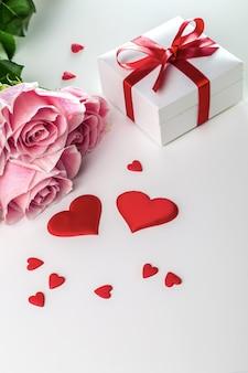 Bouquet de roses et de coeurs sur fond blanc. carte de la saint-valentin.