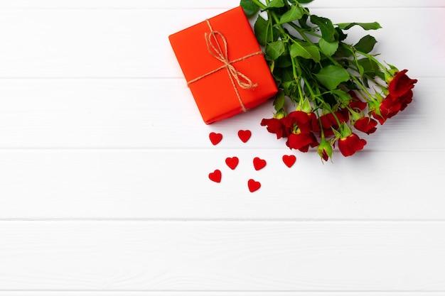 Bouquet de roses et coffret cadeau vue de dessus plat poser