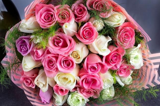 Un bouquet de roses colorées adapté pour les félicitations pour les fiançailles des fêtes ou la saint-valentin