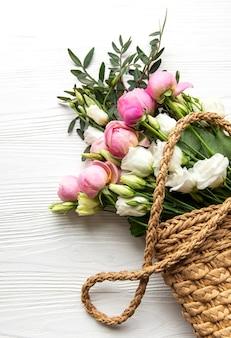 Bouquet de roses de couleur rose dans un sac en osier. vue de dessus, mise à plat.