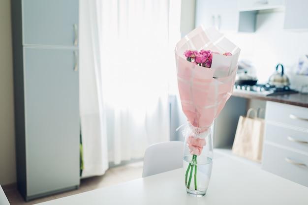 Bouquet de roses dans la cuisine. design de cuisine moderne. intérieur de cuisine décoré de fleurs.