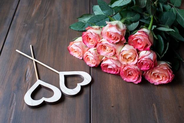 Bouquet de roses, décoration festive, saint valentin, concept de célébration de la journée des femmes, amour.