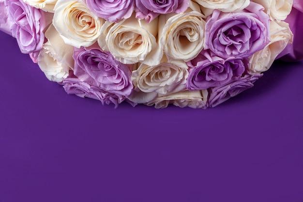Bouquet de roses fraîches blanches et violettes étonnantes