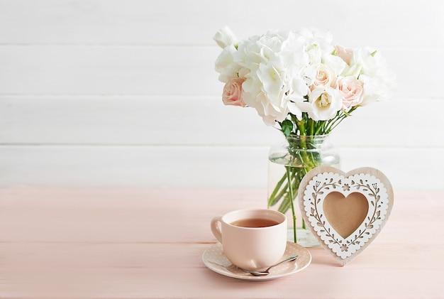 Bouquet de roses et d'hortensias sur table
