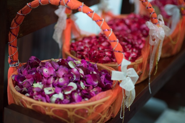 Bouquet de roses pour la cérémonie de mariage à l'église.