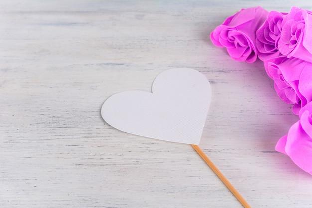 Bouquet de roses roses et carte de la saint-valentin en forme de coeur