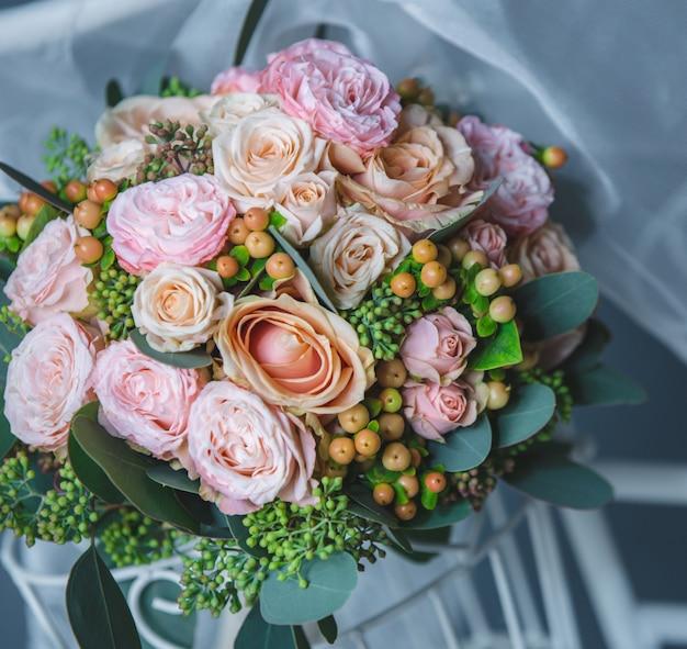 Bouquet de roses roses et de fleurs