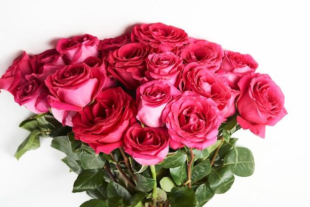 Bouquet de roses roses sur fond blanc avec espace de copie.