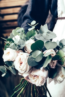 Bouquet de roses roses en mariées