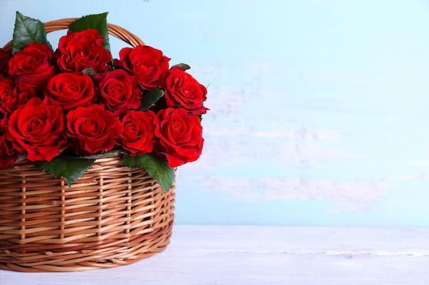 Bouquet de roses rouges dans le panier sur bois