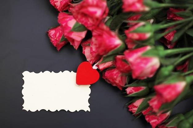 Bouquet de roses rouges sur fond noir mat